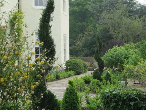 A georgian garden gardens designed by marco schrang for Garden design harrogate